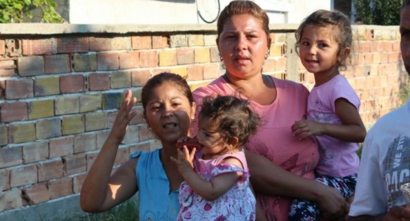 Защо един пенсионер, работил за България цял живот, получава 200лв. пенсия, а 16-годишна ромка с 3 деца 1500лв помощи на месец!?